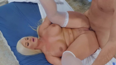 Buxom blonde Julie Cash uses hole-centric approach to medicine