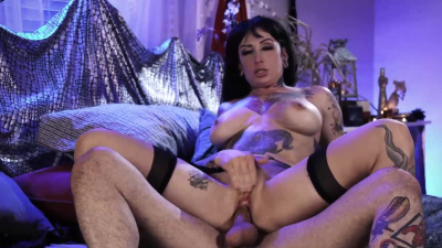 Goth whore Jessie Lee squeals with pure ecstasy