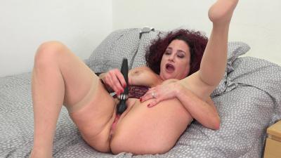 Hot mom Amanda Ryder rubs her delectable fuck hole