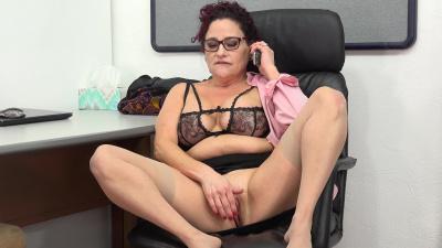 Granny Amanda Ryder makes her cunt cum